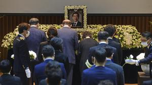 Bereaved family members place flowers to pay respects during the official funeral for Seoul Mayor Park Won-soon at the Seoul City Hall (Korea Pool/Yonhap/AP)