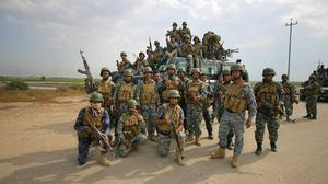 Iraqi federal policemen arrive to join the fighting against Islamic State. (AP)
