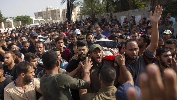 Mourners chant angry slogans as they carry the body of Islamic Jihad militant Abdullah Al-Belbesi (Khalil Hamra/AP)