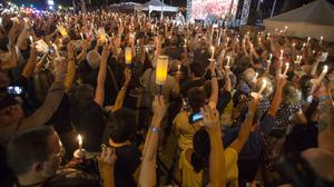 Visitors participate in a candlelight vigil for Elvis Presley at Graceland, for the 40th anniversary of his death (AP Photo/Brandon Dill)