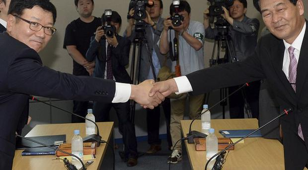 Suh Ho, head of South Korea's working-level delegation, left, with North Korea counterpart Park Chol Su in Kaesong (AP/Korea Pool vis Yonhap)