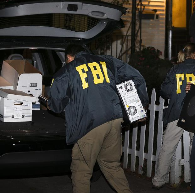 FBI agents remove evidence from the Brooklyn residence of Rabbi Mendel Epstein during an investigation (AP/John Minchillo)