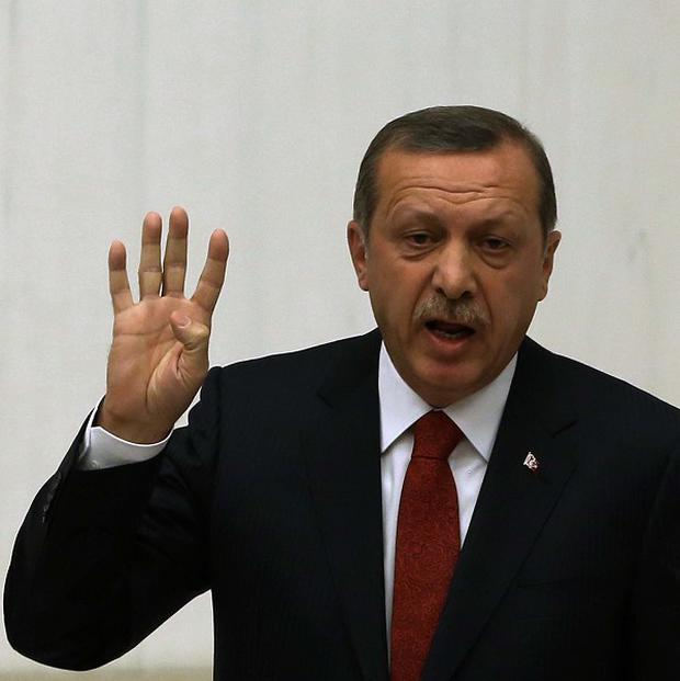 Turkey's prime minister Recep Tayyip Erdogan has stepped up his accusations against a US-based Muslim cleric.