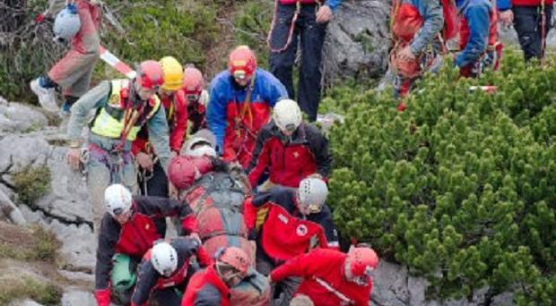 Mountain rescuers carry cave researcher Johann Westhauser out of the Riesending cave (AP/dpa,Nicolas Armer)