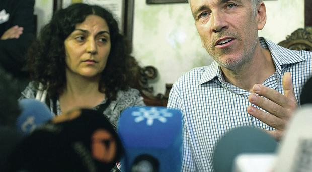 Brett and Naghmeh King hold a press conference at their lawyer's office in Seville yesterday
