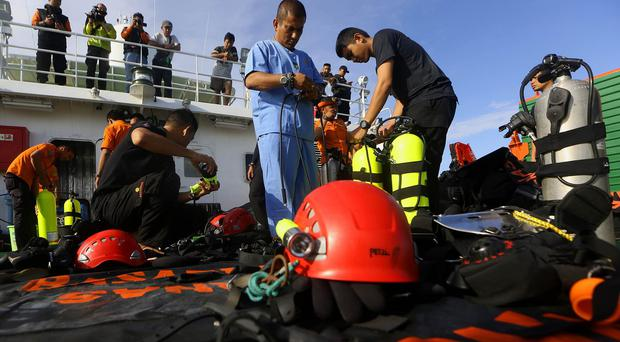 Indonesian navy divers prepare to search the wreckage of AirAsia Flight 8501 (AP)