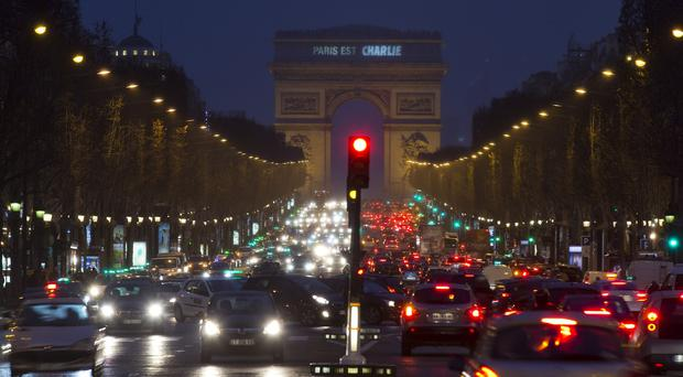 A sign on the Arc de Triomphe reads
