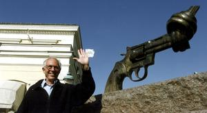 Carl Fredrik Reutersward and his knotted gun sculpture which became a world-famous peace symbol (TT News Agency/AP)