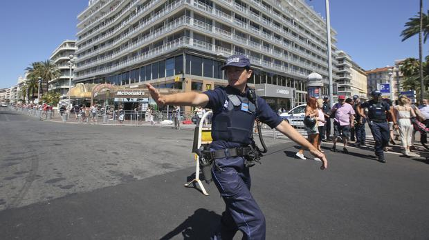 A police officer gestures near the scene of an attack after a truck ploughed through a crowd in Nice, southern France (APP)