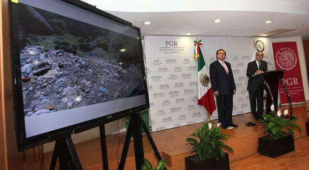 Tomas Zeron, left, and Mexico's Attorney General, Jesus Murillo Karam at a news conference in Mexico City on December 2014 (AP)
