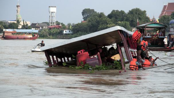 Thai rescue teams search for victims after a boat capsized at Chao Phraya River (Dailynews/AP)