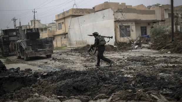 Iraqi special forces advance towards Islamic State-held territory in Mosul (AP)