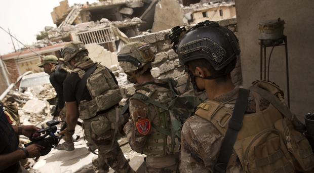 Iraqi special focus advance to their next position in Mosul (AP/Maya Alleruzzo)