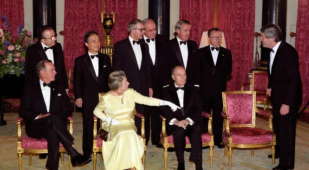 The Queen shows Ruud Lubbers where to sit during a meeting with G7 leaders in 1991 (Martin Keene/PA)