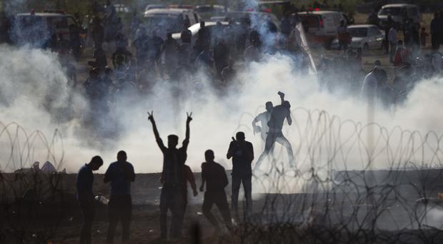 Palestinian protestors runs from teargas (AP)