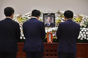 Mourners pay their respects (Seoul Metropolitan Government/AP)