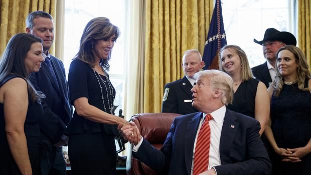 President Donald Trump shakes hands with Southwest pilot Tammie Jo Shults (Carolyn Kaster/AP)