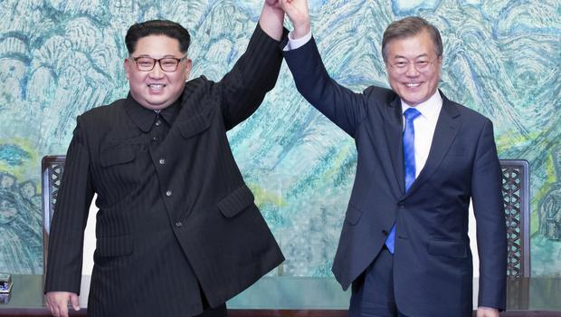 North Korean leader Kim Jong Un, left, and South Korean president Moon Jae-in met in the Demilitarized Zone (Korea Summit Press Pool via AP)