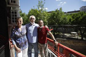 Marvin and Colleen Hewson with Fabio Sposato, the owner of the apartment where they stayed (Alessandra Tarantino/AP)