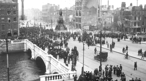 Crowds on O'Connell Bridge in 1916