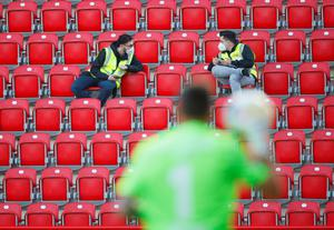 Stewards in the stands during the Bundesliga match between Union Berlin and Bayern Munich (Hannibal Hanschke/POOL)