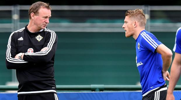 Steven Davis and boss Michael O'Neill in discussion at training