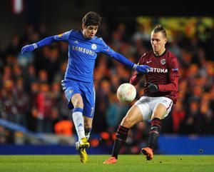 LONDON, ENGLAND - FEBRUARY 21: Oscar of Chelsea is challenged by Ondrej Svejdik of Sparta Praha during the UEFA Europa League Round of 32 second leg match between Chelsea and Sparta Praha at Stamford Bridge on February 21, 2013 in London, England.  (Photo by Michael Regan/Getty Images)