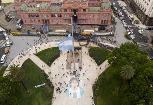 People line up to attend the wake of Maradona at the presidential palace (Mario Da Fina/AP).