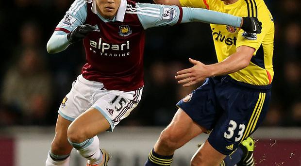 Lee Cattermole, right, made his first start for Sunderland against West Ham since being sent off at Hull