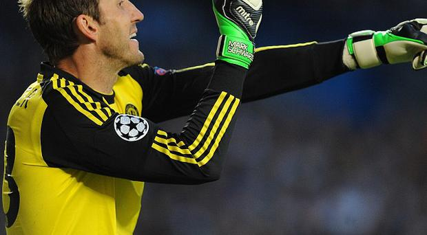 Chelsea goalkeeper Mark Schwarzer has penned a new one-year deal