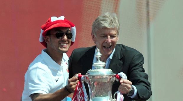 Arsenal manager Arsene Wenger (right) expects Theo Walcott to sign a new deal at the club