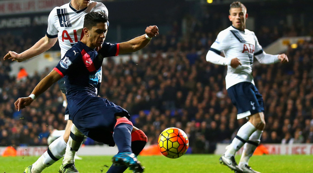 Ayoze Perez holds off Jan Vertonghen to score the winning goal