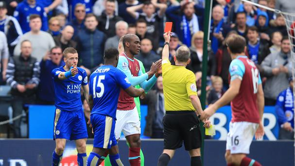 Barclays Premier League leaders Leicester saw striker Jamie Vardy sent off, but they battled to a 2-2 draw against West Ham