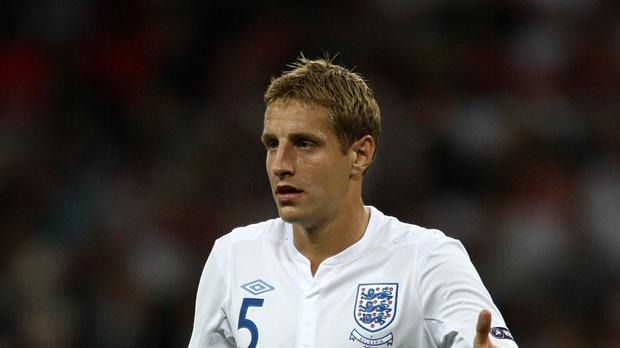 Michael Dawson is determined to play for England again, says his Hull manager Mike Phelan.