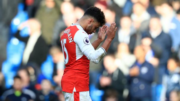 Alex Oxlade-Chamberlain insists he did not mean to back an anti-Arsene Wenger tweet