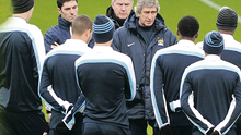 We're the best in Manchester: Manuel Pellegrini speaks to his Man City players yesterday ahead of tonight's game against Barcelona