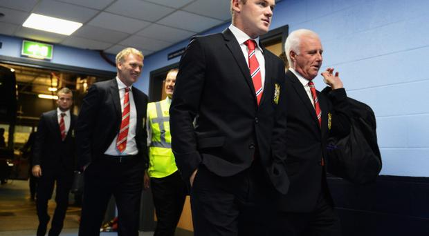 MANCHESTER, ENGLAND - SEPTEMBER 22: Wayne Rooney (R) of Manchester United and manager David Moyes (L) arrive at the stadium before the Barclays Premier League match between Manchester City and Manchester United at the Etihad Stadium on September 22, 2013 in Manchester, England. (Photo by Michael Regan/Getty Images)