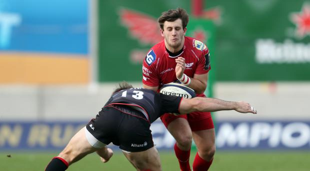 Scarlets fly-half Dan Jones has agreed a new deal with the Welsh region