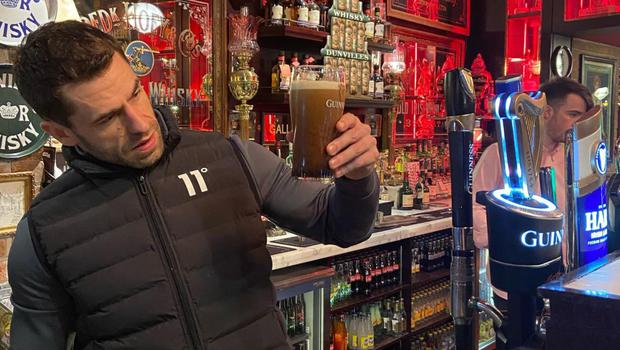 Actor Kelvin Fletcher pulling a pint of Guniness at the Harp Bar in Belfast. Credit: Harp Bar/Facebook