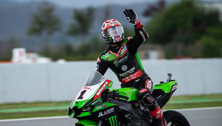 Jonathan Rea waves to the fans in Barcelona