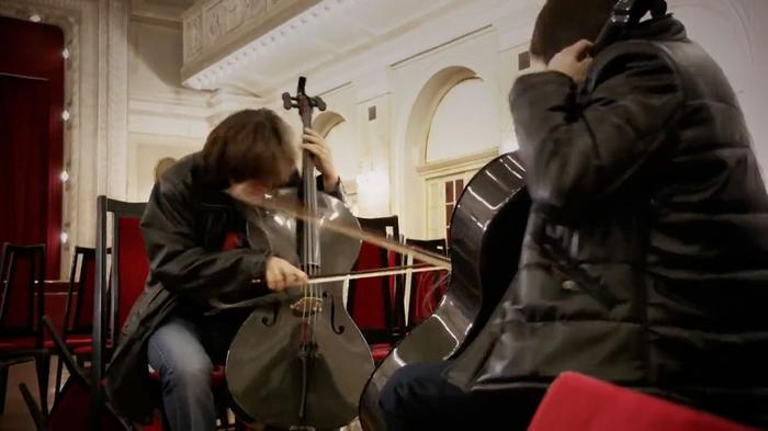 Video: 2Cellos rock the classical groove - Smooth Criminal